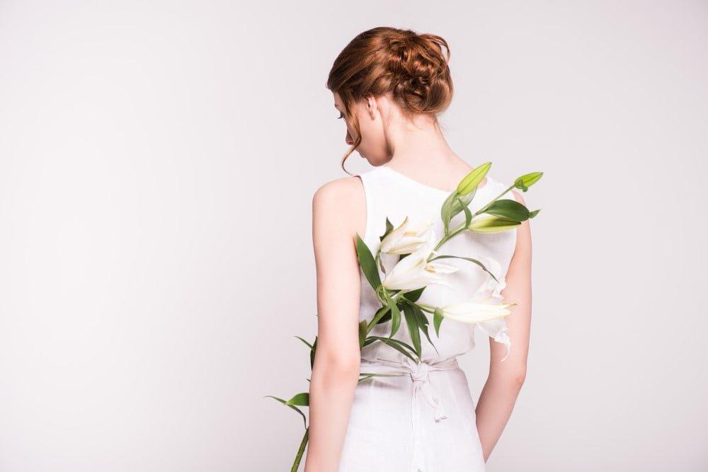 Kvinde i hvid kjole