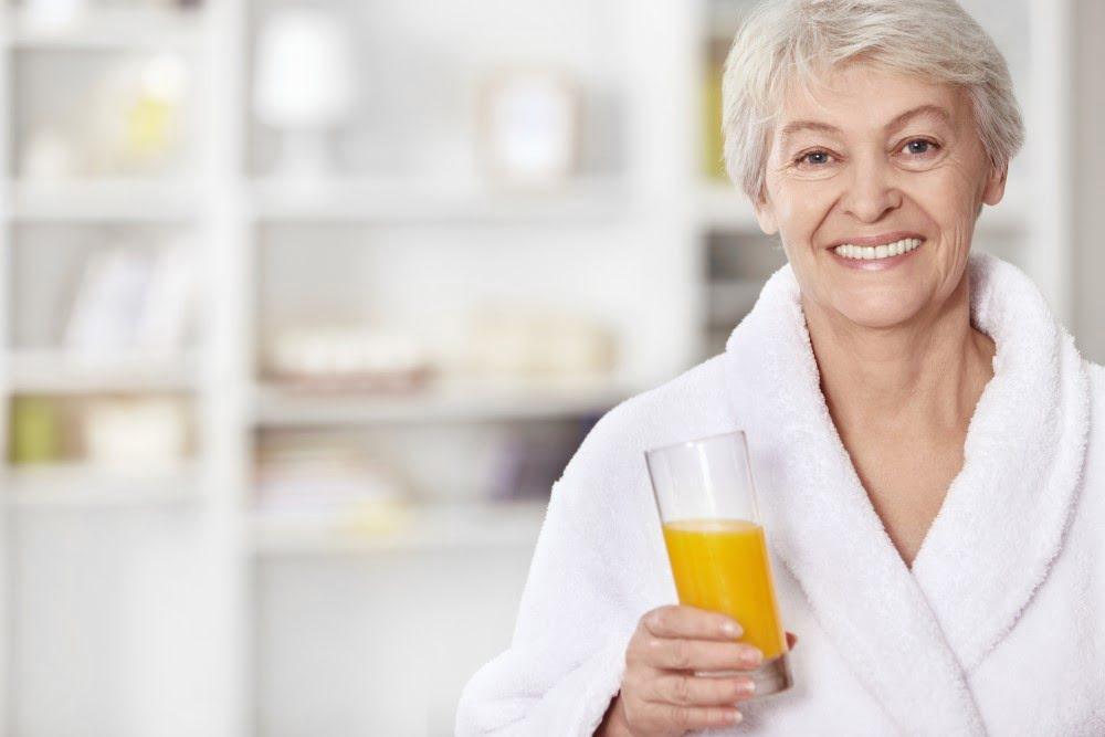 Kvinde med friskpresset juice
