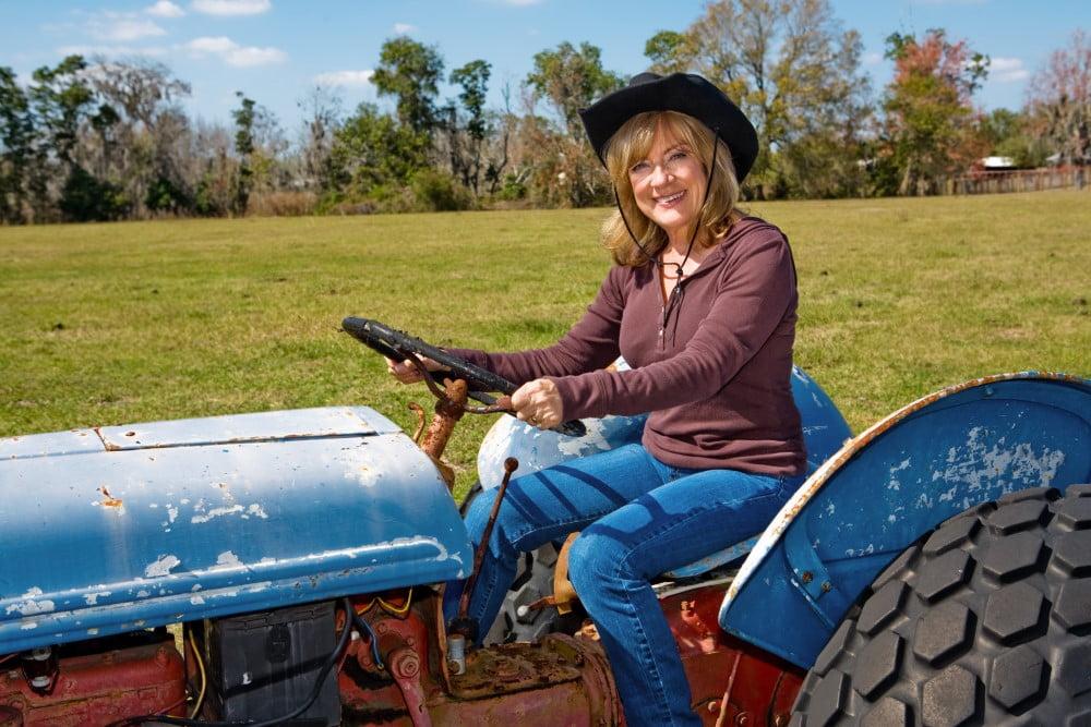 Moden kvinde på sin traktor