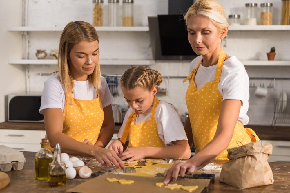 3 generationer i køkkenet