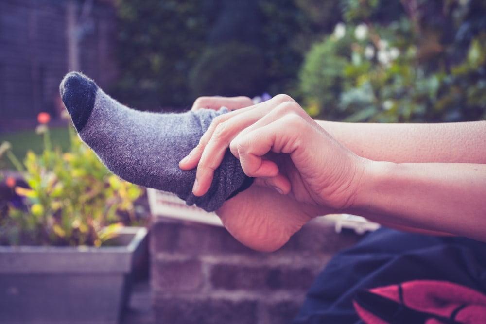 Kvinde der tager sokker på