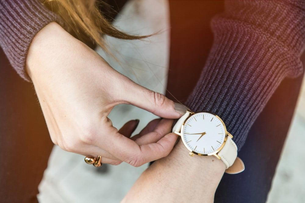 Kvindearm med ur på